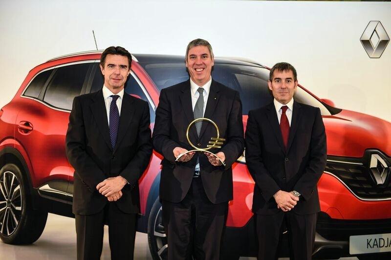 El presidente de Renault España, con el premio en compañía de Soria y Clavijo, ayer en Gran Canaria. / DA