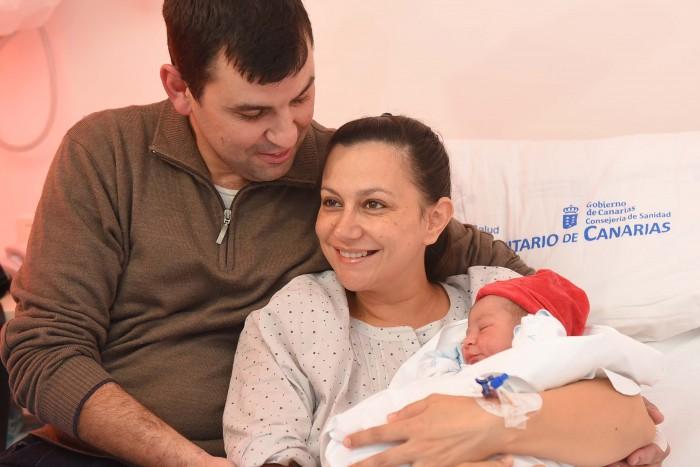 Los orgullosos padres con Anibal. | SERGIO MÉNDEZ