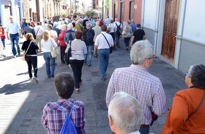 Un grupo de turistas recorre las calles céntricas de la ciudad. / SERGIO MÉNDEZ 01-11-2013 LA LAGUNA turistas en la laguna