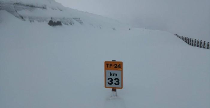 Las carreteras del Teide siguen cerradas por la intensa nevada