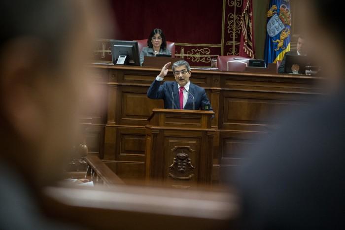 Román Rodríguez, durante un pleno del Parlamento canario. / ANDRÉS GUTIERRÉZ