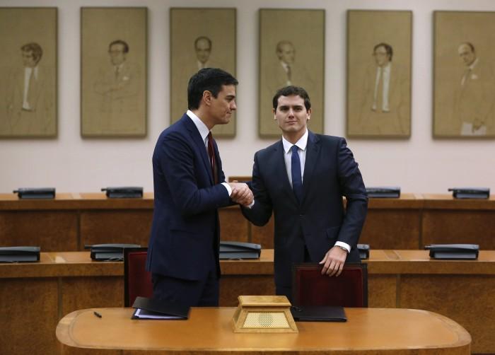 Pedro Sánchez y Albert Rivera se saludan en el acto de la firma del acuerdo PSOE-Ciudadanos. / REUTERS