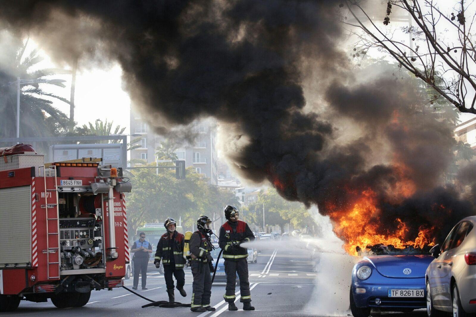 Los bomberos extinguiendo las llamas. | ANDRÉS GUTIÉRREZ