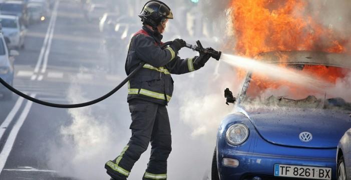 Cortan la avenida de Bélgica al quemarse un coche