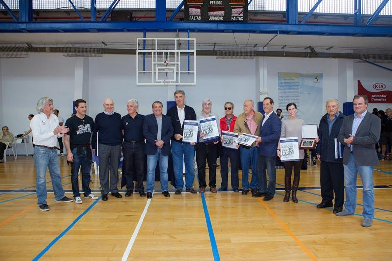 La directiva del Real Club Náutico homenajeó en abril de 2015 a los integrantes de ese histórico equipo. / TONY CUADRADO - ACAN