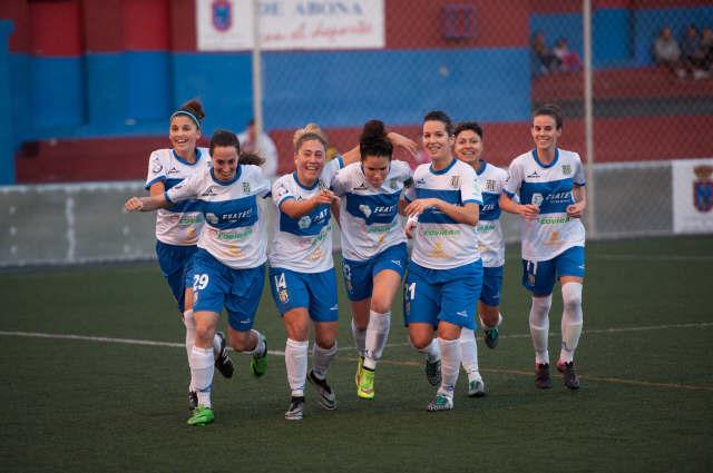Las jugadoras del Granadilla celebran uno de los cuatro goles. / fran pallero