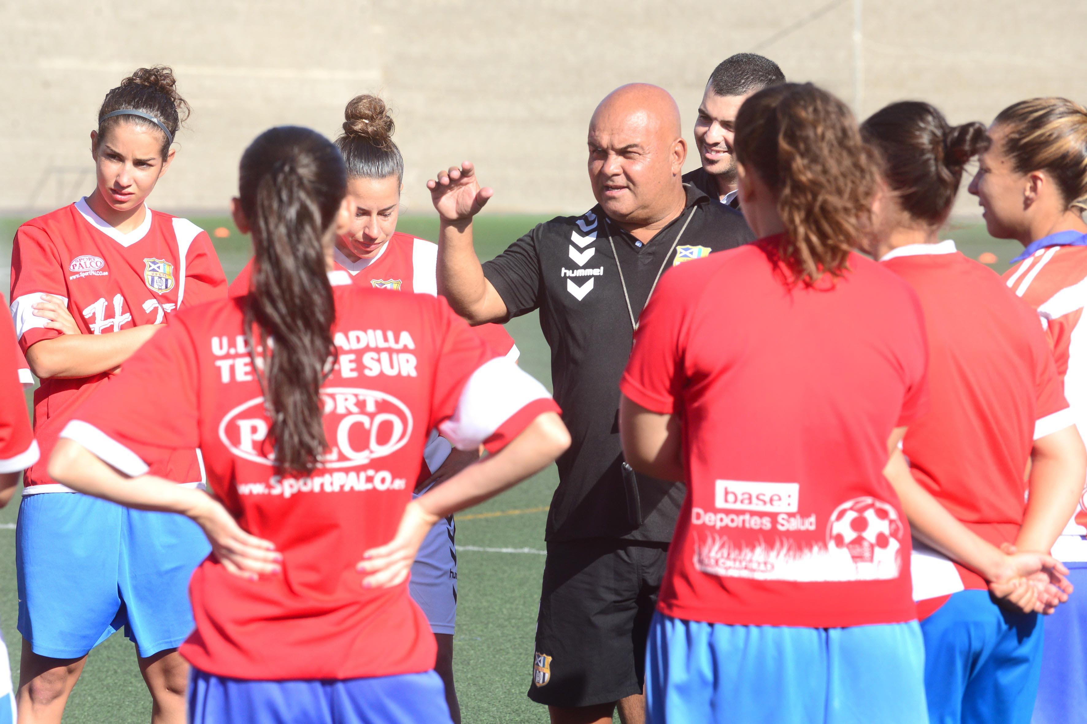 Toni Ayala y sus jugadoras se muestran confiados en volver a la senda del triunfo. / sergio méndez