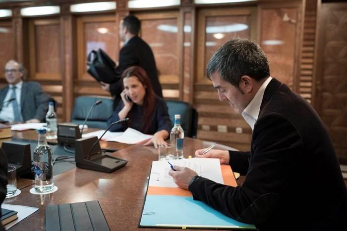 Fernando Clavijo, al comienzo del Consejo de Gobierno celebrado ayer en Las Palmas de Gran Canaria. | DA