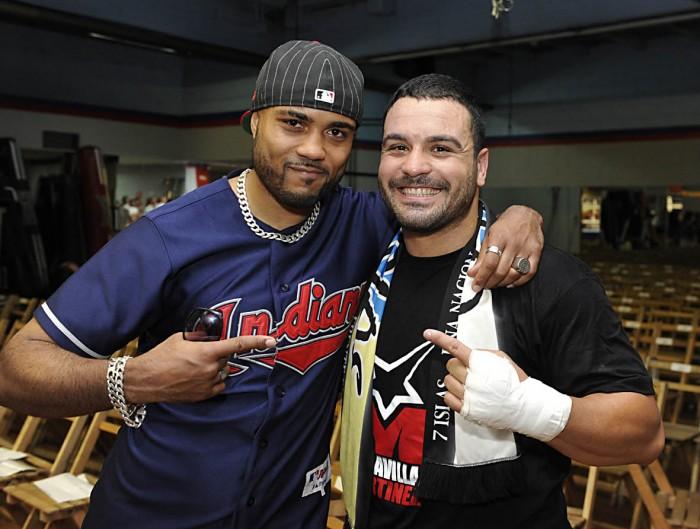 Campillo, junto a Ibrahim López, después de un combate del tinerfeño en el campo del Rayo Vallecano. / JUAN LUIS RECIO