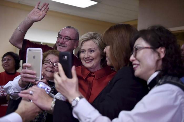 Hillary Clinton con algunos de sus votantes en Nevada. | REUTERS