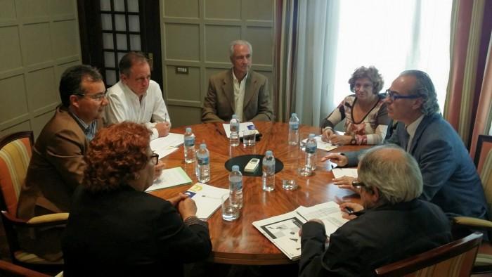 El consejero se reunió ayer con la Plataforma Pro Hospital Público del Sur. / DA