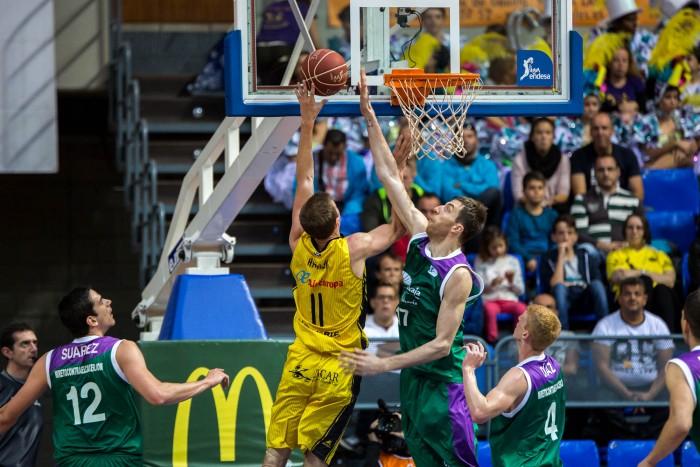 Fran Vázquez tapona a Will Hanley en el partido del pasado domingo. / ACB PHOTO