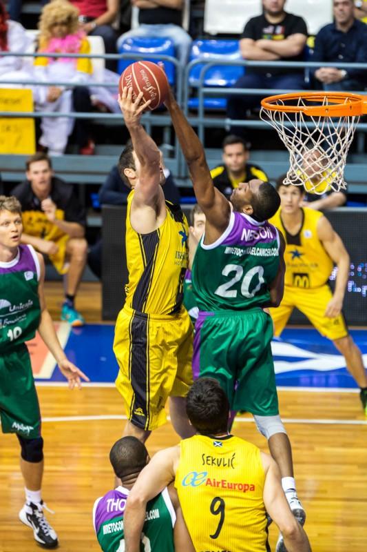 Nelson llega a taponar el lanzamiento de Ian O'Leary. / ACB PHOTO