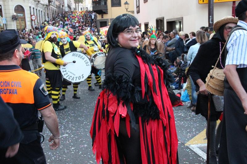 El tradicional itinerario  de la romería de San Isidro fue utilizado e invadido por un multitudinario Coso Apoteosis al que no faltaron ni el alcalde ni los ediles. / DA