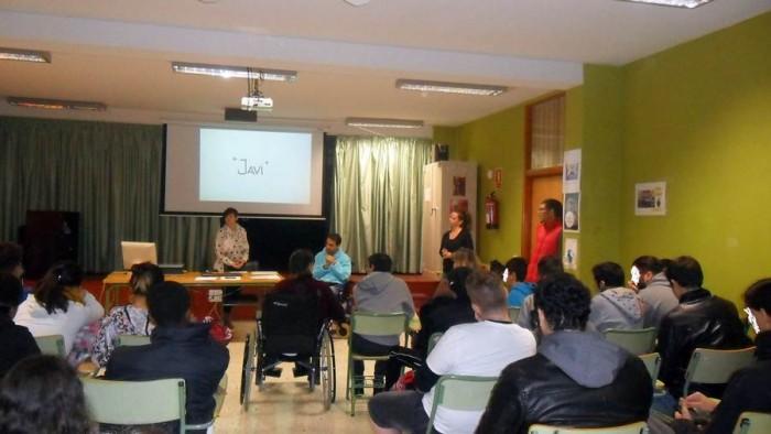 Javier Rosquete contó ayer su experiencia a los alumnos del IES El Sobradillo dentro del proyecto Tuhistoria.com que promueve Sinpromi. | DA