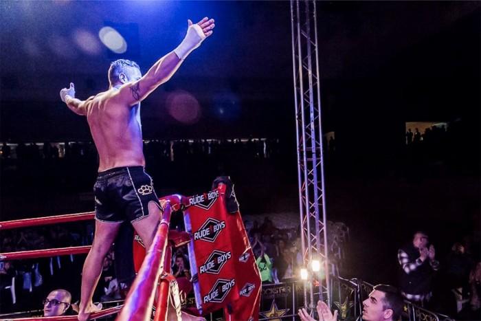 Loren saluda al público de Barcelona tras su combate ante David Trallero. / DA