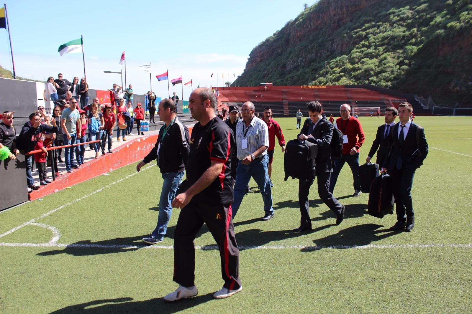 Los directivos del club palmero escoltan al trío arbitral a la salida del Silvestre Carrillo/JOSÉ AYUT