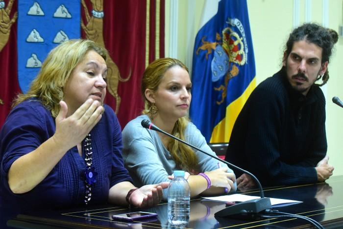 Meri Pita, Noemí Santana y Alberto Rodríguez, en la rueda de prensa ofrecida en el Parlamento canario. / SERGIO MÉNDEZ