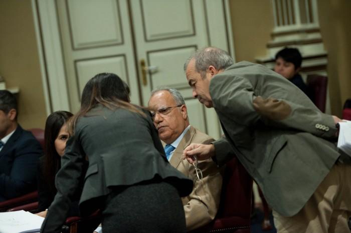 Casimiro Curbelo (ASG) y Francisco Déniz (Podemos), entre otros diputados, durante el pleno parlamentario. / FRAN PALLERO
