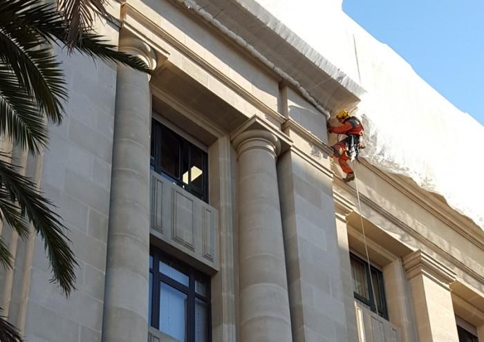 Un operario trabaja estos días en la fachada del Palacio Insular. / DA