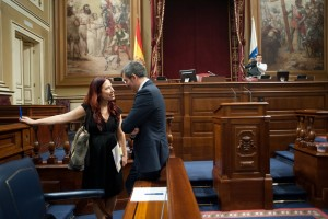 Fernando Clavijo charla con Patricia Hernández, antes del pleno parlamentario. / FRAN PALLERO