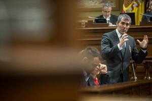 El presidente del Gobierno de Canarias, Fernando Clavijo, en el Parlamento. / ANDRÉS GUTIÉRREZ