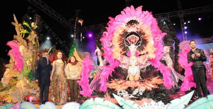 Sara Aragón, con diseño de Daniel Pages, Reina adulta del Carnaval del Caribe