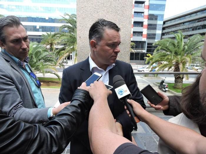 Santiago Negrín responde a la prensa a la salida del Palacio de Justicia, ayer en Santa Cruz. | NORBERTO CHIJEB