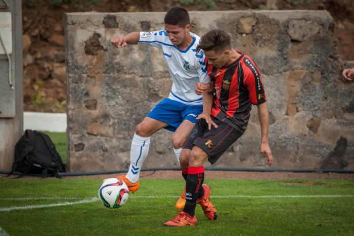 Una acción del partido Tenerife B-Unión Viera de fechas atrás. / A.G.
