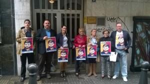 Concentración de opositores venezolanos ante el Parlamento de Canarias. / DA