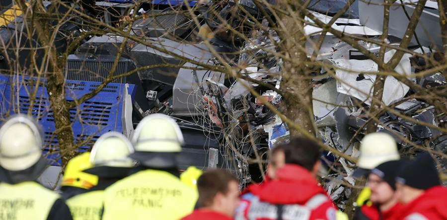 Miembros de emergencias rescatando a los heridos y recuperando los cuerpos de los fallecidos. | REUTERS