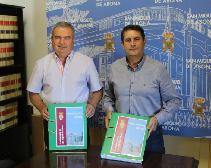 Alcalde y concejal de Hacienda, con las cuentas de 2016 / DA