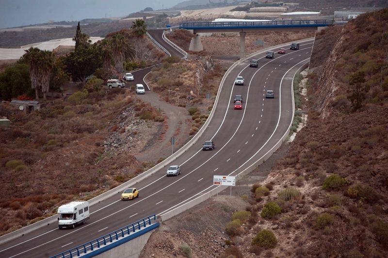 El tramo entre Santiago del Teide y Guía de Isora solo tiene un carril en dirección hacia Adeje. / FRAN PALLERO