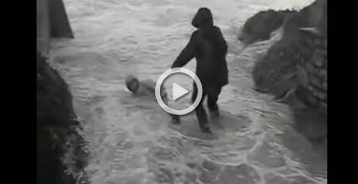 Una pareja de jubilados son arrastrados por las olas en un temporal