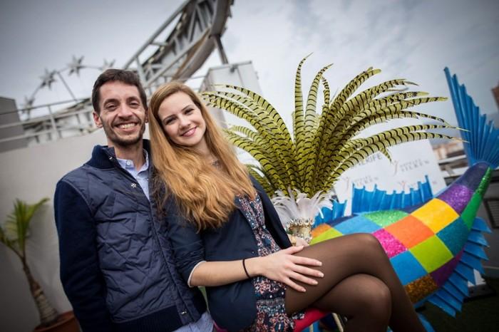 La nueva soberana del Carnaval, junto a su diseñador, Daniel Pages. / ANDRÉS GUTIÉRREZ