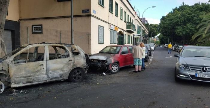 Arden tres vehículos y seis contenedores en Ramiro de Maeztu