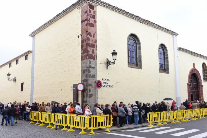El frío y el mal tiempo desanimó a la gente a acudir al convento a primera hora de la mañana de ayer. / SERGIO MÉNDEZ