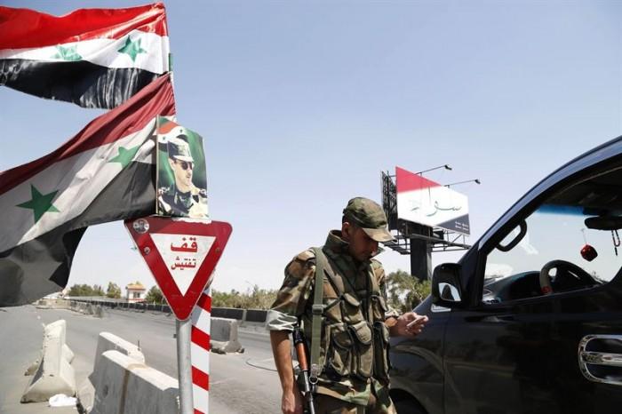 Soldado en un control en una carretera de Damasco. / OMAR SANADIKI / REUTERS