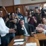 Fermín Correa mira al alcalde entrante, Haroldo Martín, quien recibe el bastón de mando. /Fran Pallero