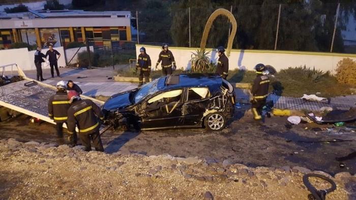 Estado del vehículo tras caer al patio del colegio. / POLICÍA LOCAL