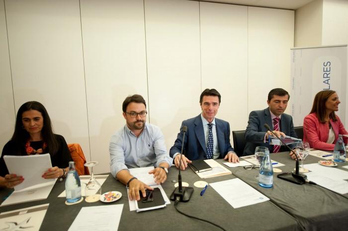 Soria, junto a otros dirigentes del PP canario: Antona, Hernández Bento, Domínguez y Tavío. / FRAN PALLERO