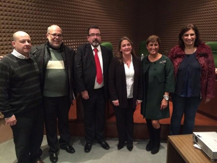 Gabriela Gulesserian Kaminsky (c), tras la lectura de su tesis. / DA