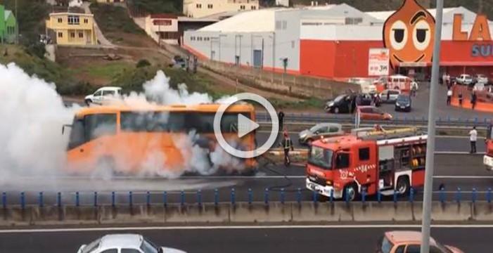 Arde una guagua de turistas frente al aeropuerto de Los Rodeos