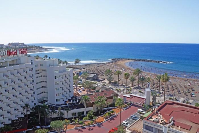 El hotel Troya se encuentra situado en el límite entre Arona y Adeje, en primera línea de playa. / DA