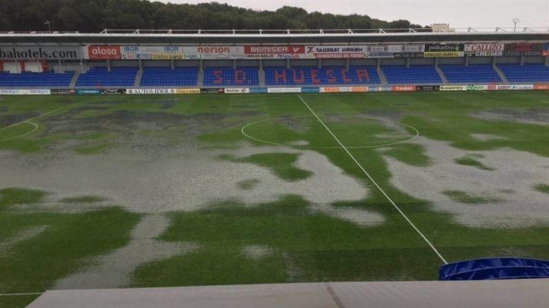 El terreno de juego en Huesca está impractible para jugar al fútbol. /EP