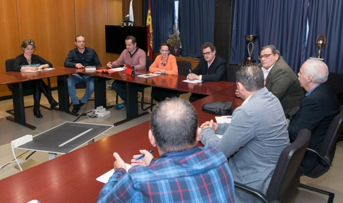 Rosa Dávila y Arturo Cabrera, durante la reunión que mantuvieron ayer con representantes de  colectivos ciudadanos para exponerles los planes del Gobierno para el Balneario. / DA
