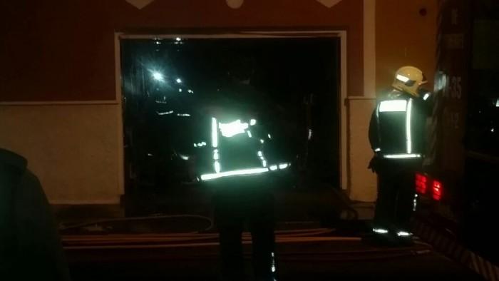Imagen del garaje afectado por las llamas tras ser extinguidas por los bomberos. / L@s Jardiner@s