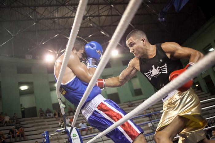 Villamur intenta golpear al grancanario Jarni Suárez. / ANDRÉS GUTIÉRREZ