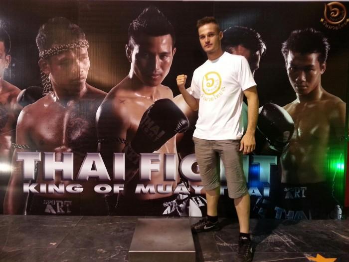 Aitor Alonso posa en un cartel de un evento de Thai Fight. / DA