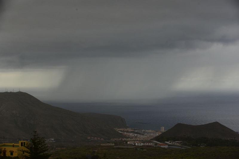 La lluvia desde Los Cristianos. / DA